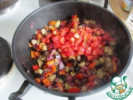 Выкладываем помидоры, солим и жарим 5 минут