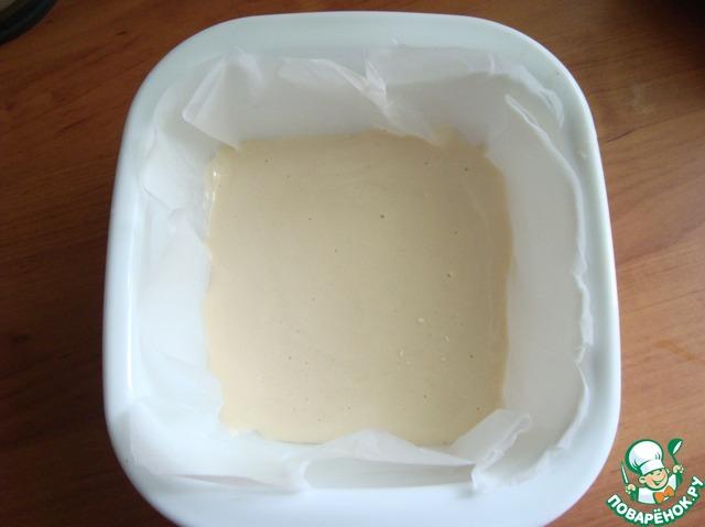 А делаю так.    Беру форму, застилаю её бумагой и выкладываю тесто, распределяя равномерным слоем высотой 2 см.