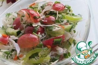 Капустный салат с зеленью и виноградом