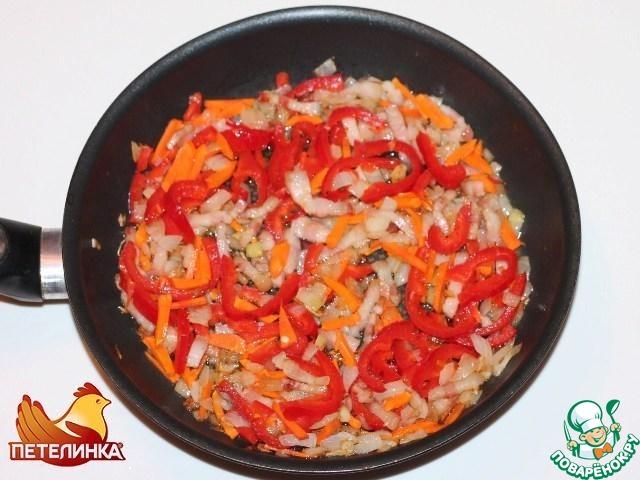 5. В сковороду добавляем морковь и сладкий перец, нарезанные соломкой.