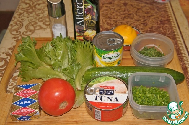 Подготовить продукты. Овощи вымыть и обсушить.   Салат делается слоями, очередность слоев может быть любая, кроме первого и последнего слоя.
