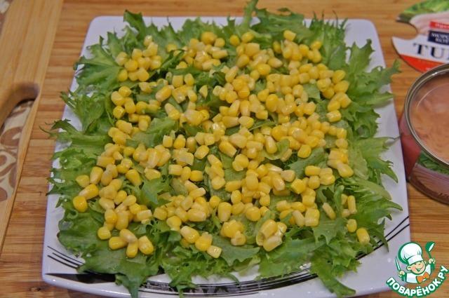 Высыпать кукурузу, предварительно слив жидкость.