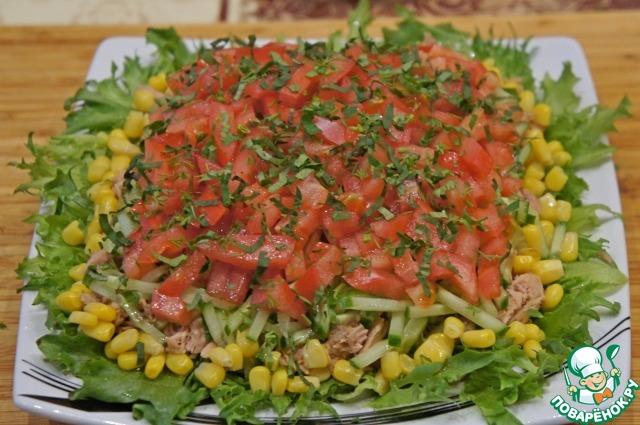 На огурец выложить помидоры, нарезанные кубиками, предварительно удалив у них семена.   Слои слегка присыпать измельченной зеленью.