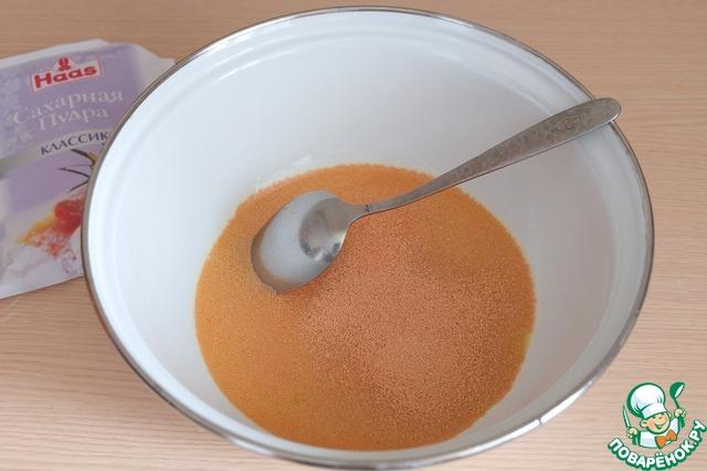 Добавить дрожжи. Миску накрыть пищевой пленкой и поставить в теплое место для роспуска дрожжей.