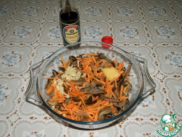 Переложить в глубокое блюдо и быстро смешать с тёртой морковью. Добавить соевый соус, мёд, уксус и мелко нарезанный чеснок. Хорошо перемешать. Плотно накрыть блюдо крышкой и хорошо потрясти его секунд 20-30.    Поставить в холодильник до полного охлаждения.
