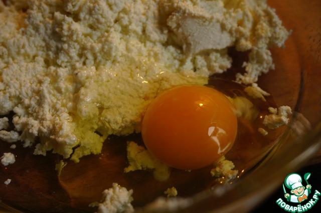 Добавляем яйцо и соль.