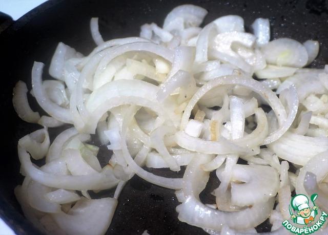 На другую, тоже разогретую сковороду, также наливаем пару столовых ложек растительного масла и выкладываем лук. Сразу же его подсаливаем, чтобы не подгорел.