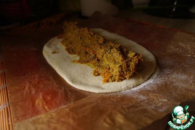 Кладем начинку, формируем треугольную колбаску.