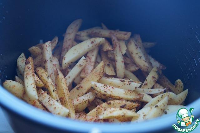 Выложить картофель на лук.    Не перемешивать!