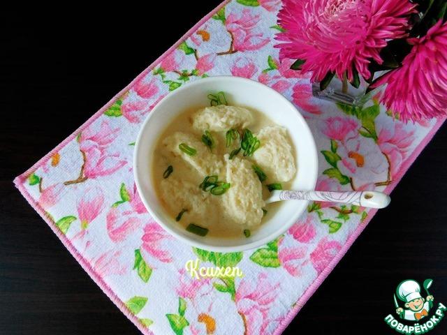 Сервируем блюдо в пиалочках, выложив щедрую порцию сметанно-грибного соуса, а сверху несколько штук ньокки. Присыпаем рубленным зелёным луком и сразу подаём.