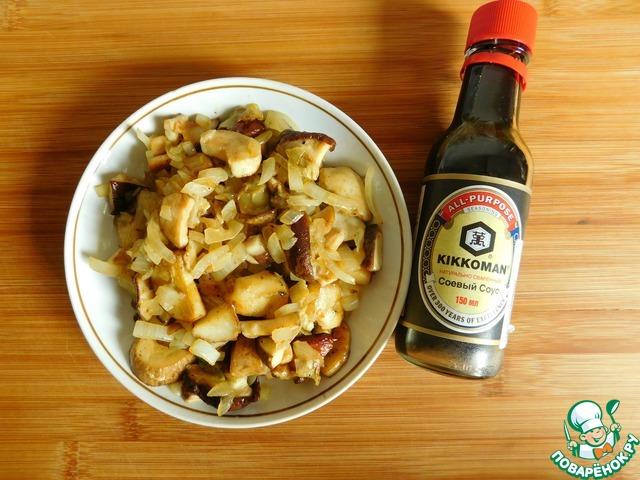 Выкладываем грибы и лук на тарелку, сковороду вытираем бумажным полотенцем и возвращаем на огонь.