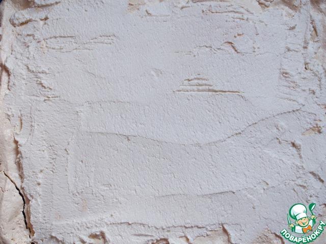 Творожную массу распределить поверх готового коржа из безе.
