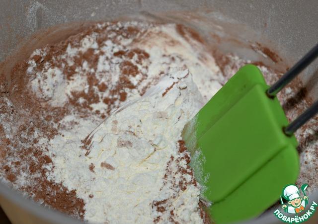 Просеять муку, какао и разрыхлитель в отдельную миску, перемешать.