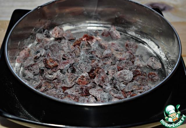 Чтобы ягоды не упали на дно формы в пpоцессе выпечки, обвалять их в муке (обычно я это делаю в сите-тогда лишней муки не остается, очень удобно)