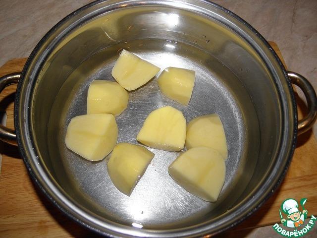 Картофель очистить, крупно нарезать, залить 2 стаканами воды, поставить варить до готовности, посолить.