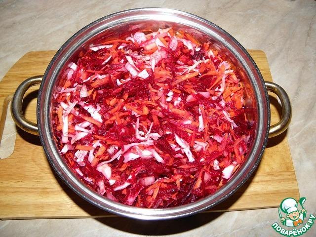 Выложить в картофельный отвар нарезанные овощи, кроме помидоров!   Получится очень густо, так должно и быть!    хорошо перемешиваем все, добавляем 1 стакан воды, возвращаем обратно на плиту и тушим на маленьком огне в районе 20 минут, до мягкости овощей.