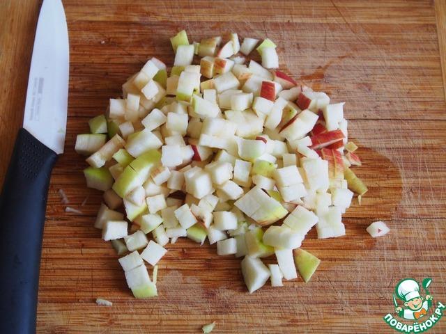 Яблоко помыть, извлечь сердцевину и нарезать кубиками.