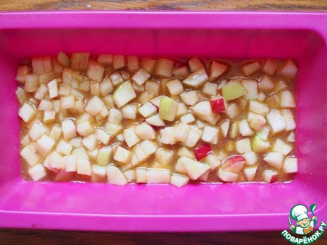 В форму вылить карамель, распределить яблоки.