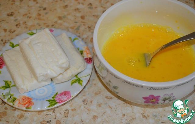 Всё очень быстро. Два яйца взбить вилкой, добавить щеп. соли и ванильный сахар, разбавить молоком, перемешать. Подготовить творожные сырки, кому нравится, можно взять с изюмом.