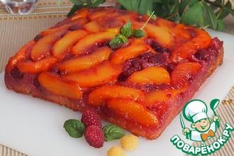 Перевернутый персиковый пирог с малиной