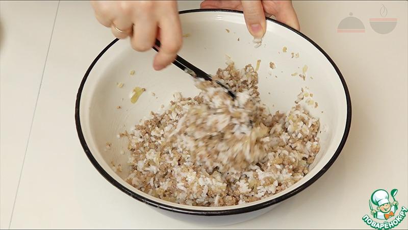 Половину лука слегка поджариваю на небольшом количестве подсолнечного масла. Добавляю фарш, солю и немного прожариваю. Недолго - минут 5-7.   Затем готовый фарш перемешиваю с рисом и начиняю перчики. Складываю в жаропрочную посуду.