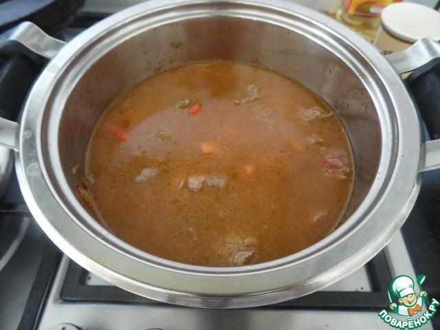 Затем добавляем воды 500мл. и готовить на медленном огне до готовности мяса. Затем к готовому мясу добавляем 4ст. л томатной пасты,1ч. л сахара, солим, и варим ещё 5 мин.