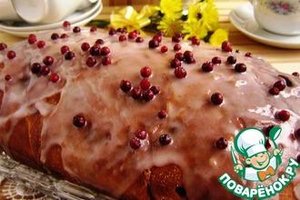 Сдобный пирог с цукатами и глазурью
