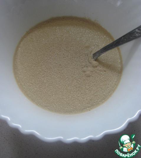 """В чуть теплом тыквенном отваре растворяем сахар и дрожжи. Оставляем в теплом месте до появления """"шапочки""""."""
