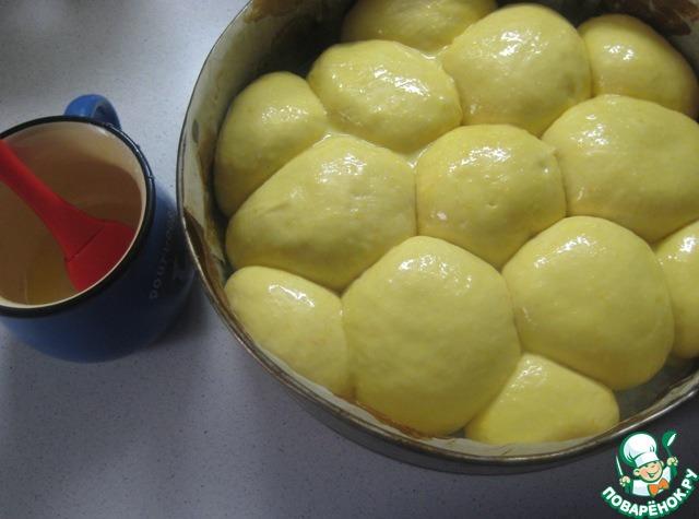 Отдохнувшие булочки смазываем желтком и отправляем выпекаться в разогретую до 200 градусов духовку на 20-25 минут до золотистой корочки (готовность проверяем деревянной шпажкой).
