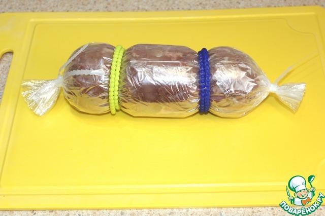 В рукав для запекания выложить куриное мясо, сформировать вот такую конфету. Для надежности можно обернуть пленкой дважды.