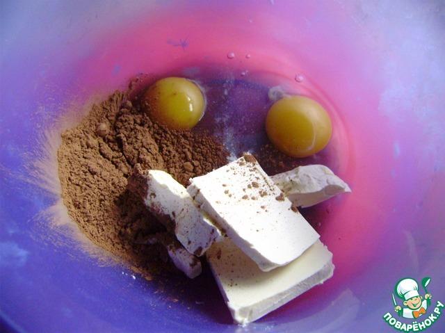 Делаем тесто. Взять большую миску. Добавить яйца, мягкое масло, какао, соль, сахар, ванилин.