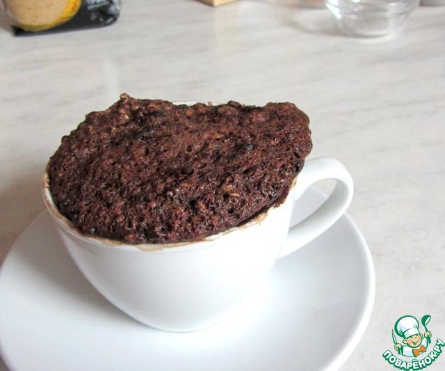 При выпечке в 200-граммовой чашке получился довольно большой порционный кекс.    Можно печь в 2-х стандартных формочках, уменьшив время до 2-х минут.     Кекс очень легко выходит из керамической и силиконовой формы.     Подавать желательно с каким-то соусом - натуральным йогуртом или ягодным киселем.