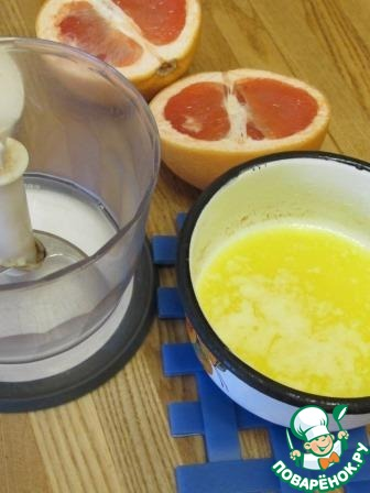 Изюм замочить в алкоголе, я использовала коньяк. Сливочное масло растопить и не много остудить, грейпфрут с кожурой пробить в блендере до кашеобразного состояния.
