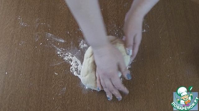 3. Смешиваем с подошедшей опарой и начинаем постепенно вводить просеянную муку. Как тесто загустеет, выложить на стол и замешивать руками. Положить в миску, слегка смазанную растительным маслом. Накрыть и убрать в тёплое место на 1.5-2ч