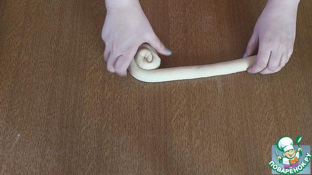 """5. После - сворачиваем """"улитку"""" (""""улитка"""" должна соответствовать диаметру дна формы)."""