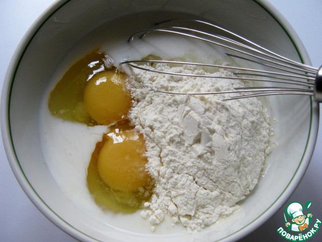 В миске соединить сахар, молоко 100 мл., яйца, муку, соль.    Тщательно взбить венчиком, чтобы не было комочков.