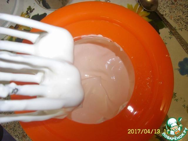 Взбивать необходимо до устойчивых пиков. Ураааа!!! Наш любимый белковый крем получился, он же глазурь для куличей.