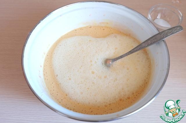 Соединить молочно - дрожжевую смесь, взбитые яйца и оставшуюся часть сахара.