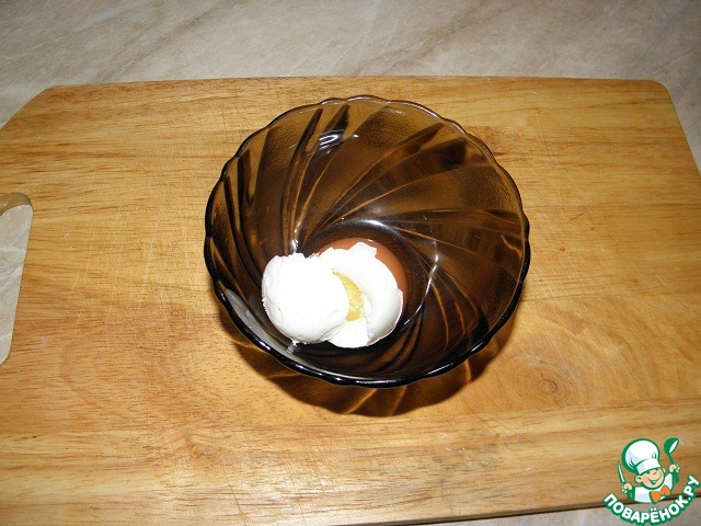 """Яица должны быть комнатной температуры, поместить в прохладную подсоленную воду, варить после закипания (маленькие-2 минуты, крупные 3-4 минуты) лучше всего """"в мешочек"""" белок схватился, а желток полужидкий. После приготовления поместить яйца в холодную воду на несколько минут."""