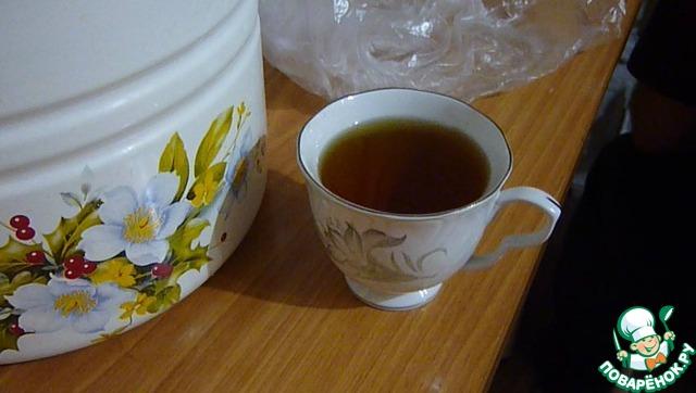 Влить в подошедшую опару чашку рома или водки (я вылила чашку коньяка), всыпать 2 чайные ложки соли, прибавить стакан муки, вымесить хорошо и влить раньше приготовленную массу.