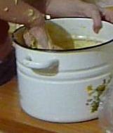 Размешав тесто, прибавлять по одному от 3 до 4 стаканов муки, выбивая тесто очень сильно и долго, пока не будет отставать от рук. (внучка выбивает тесто). В тесто, так приготовленное, кладут киш-миш или коринку, перебрав, вымыв и обсушив их предварительно. Поставить в тёплое место для подъёма. Кто любит лёгкие куличи, то в готовое тесто кладут 10 взбитых в густую пену белков, размешивают их хорошо с тестом и кладут опять в кастрюлю, ставят в тёплое место, где оно ещё раз должно подойти. Кто же любит куличи более плотные, белков не надо класть.