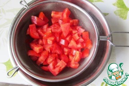 Плотные мясистые помидоры нарезаем кубиками, складываем в сито, посыпаем солью и оставляем на 10 минут