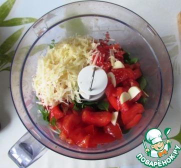 В чашу блендера укладываем базилик, помидоры, кедровые орешки, тертый пармезан, кусочки чеснока