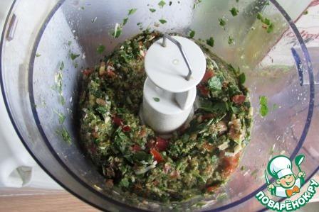 Измельчаем содержимое. Добавляем рикотту и оливковое масло, всыпаем щепотку соли и ещё раз измельчаем