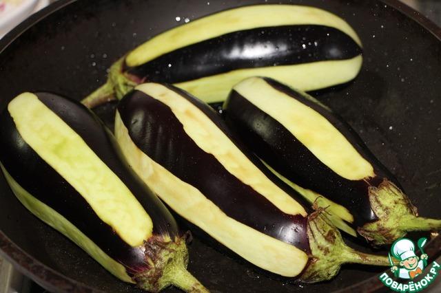 Баклажаны обсушить.   В сковороду налить оставшееся растительное масло, обжарить баклажаны со всех сторон до румяной корочки.