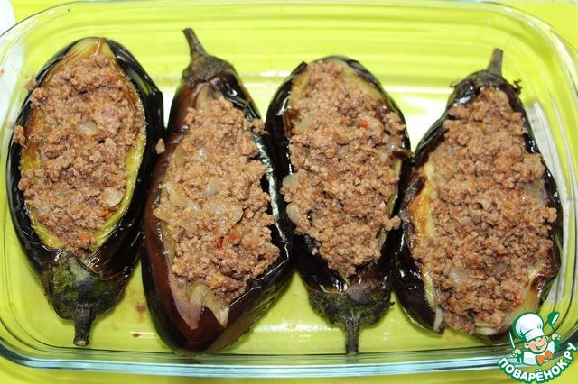 Выложить «лодочки» в форму для запекания. Начинить баклажаны мясной начинкой.