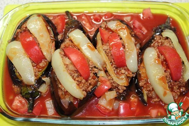 К томатному соку добавить соль, сахар, откорректировать соль-сахар по вкусу, перемешать, добавить 1 помидор и второй болгарский перец, нарезанные кубиками,    влить соус к баклажанам..     Запекать при 180 градусах 30-40 минут