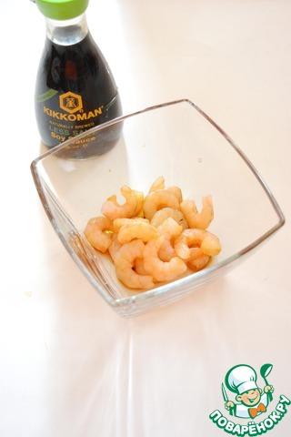 Вареные креветки замаринуйте в соевом соусе на 15 минут и быстро обжарьте на раскаленном масле 1 минуту