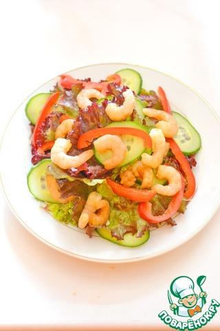 Порвите руками листья салата, смешайте с овощами и креветками