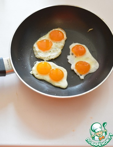 Поджарьте яйца быстро (желток постарайтесь сохранить полужидким)